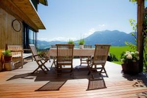 Holz- und Bodenbeläge für Terrassen und Balkone - 53908431 teakmöbel © monropic - Fotolia.com